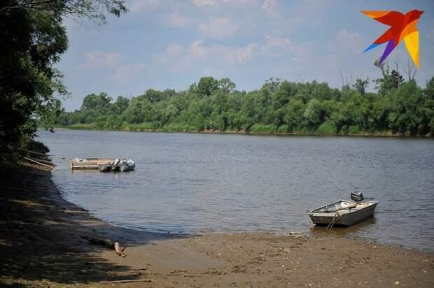 Мимо скитов отца Сергия идет река. А вот и моторная лодка. Фото: Алексей БУЛАТОВ