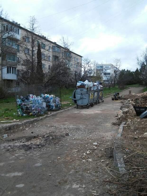 Управляющие компании Севастополя совсем обнагляли: мусор вывозится за угол домов (фото)