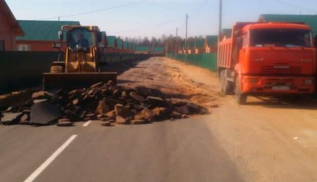 В поселке под Читой снимают уложенный месяц назад к визиту Путина асфальт