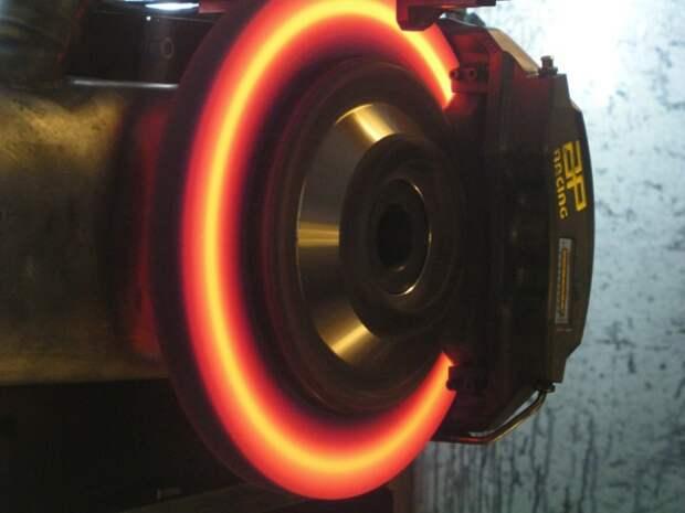 В жару вероятность перегрева увеличивается. | Фото: locosdelmotor.com