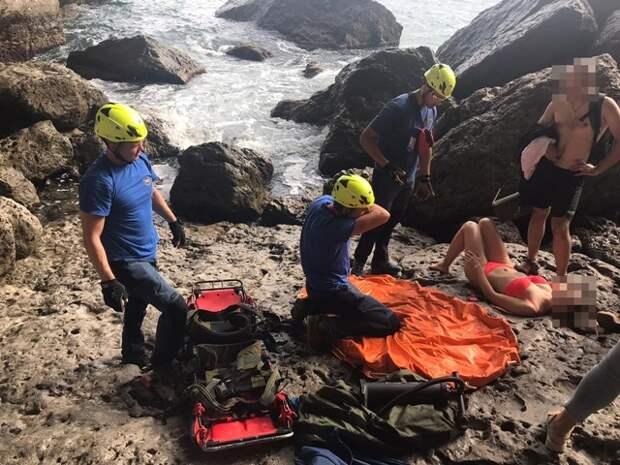 В Крыму женщина травмировалась о скалу, прыгая в море
