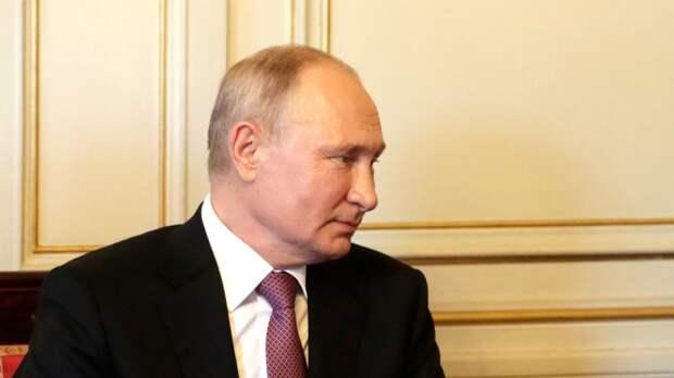 Журналисты сняли работу Путина на борту президентского самолета
