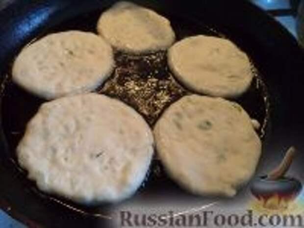 Фото приготовления рецепта: Лепешки с зеленым луком - шаг №10