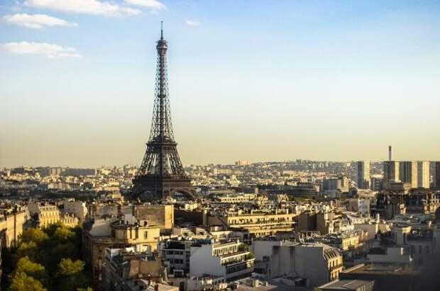 Канатоходец прошел от Эйфелевой башни до театра Шайо на высоте 70 метров