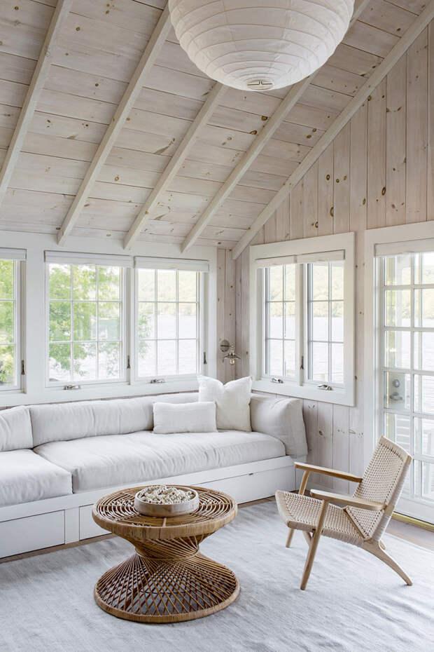 Очаровательный дом у озера со светлыми интерьерами в США