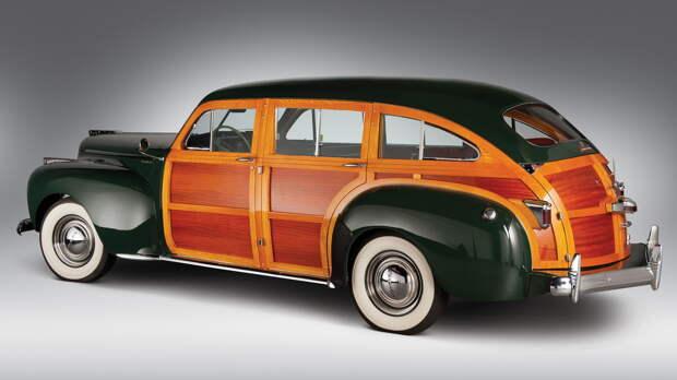 Самый первый Chrysler Town & Country был 8-местным универсалом с деревянными боковинами. После войны это имя давали кабриолетам и универсалам (до 1988 г.). С 1982 им начали обозначать вэны