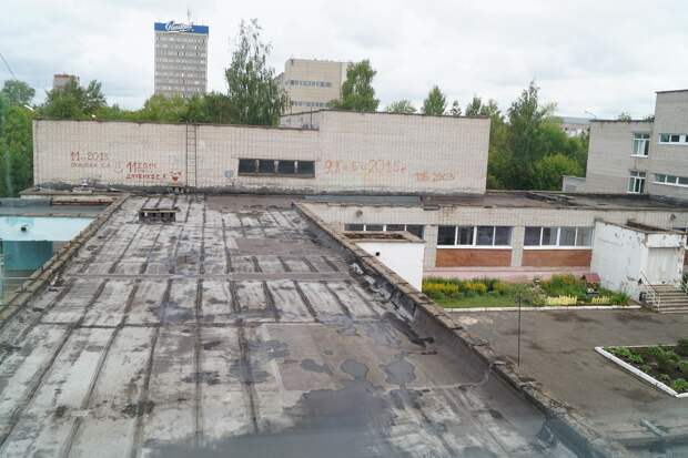 В четырех школах в Ижевске ремонт кровель продолжится до октября