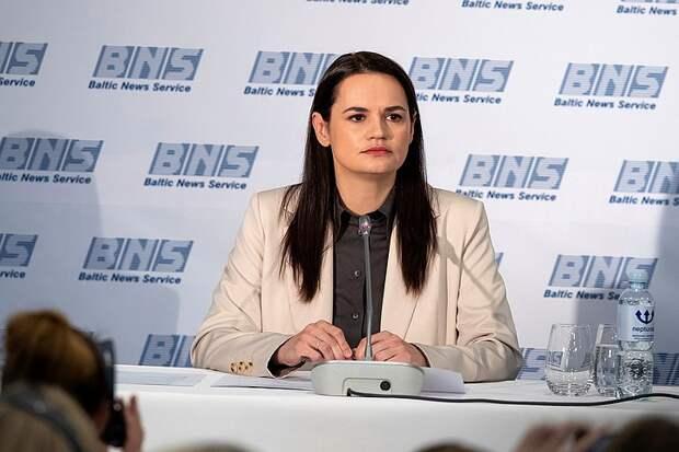 Журналиста посадили в автозак за неудобный вопрос Тихановской в Литве