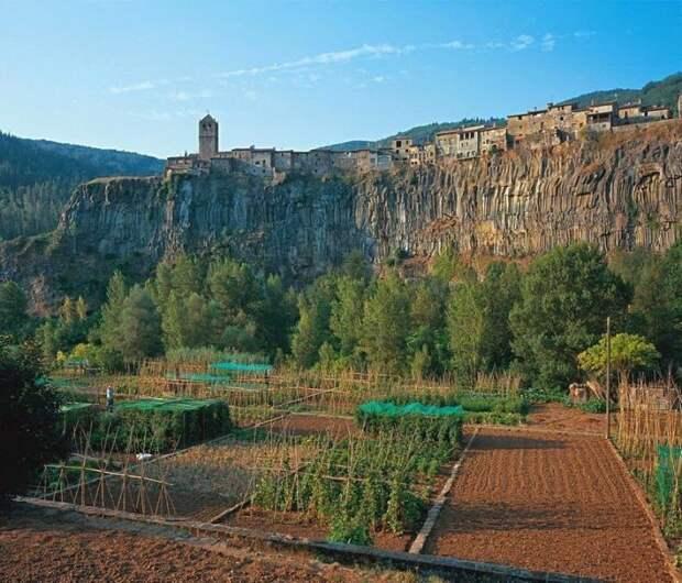 Трудолюбивые жители городка выращивают фрукты и овощи у подножия скалы, на которой расположены их дома (Castellfollit de la Roca, Испания). | Фото: moryakukrainy.livejournal.com.
