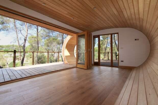 Деревянный домик в форме трубы.