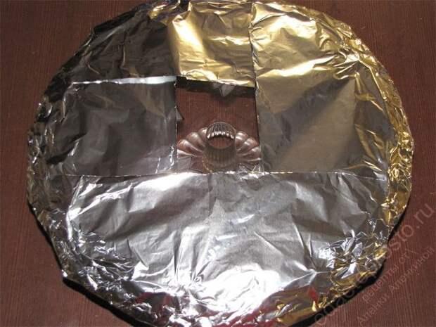 Подготовить тортовницу, затянув ее края фольгой. пошаговое фото приготовления торта Дамские пальчики