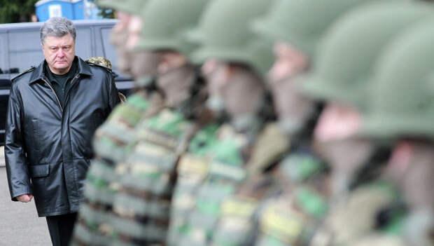 Президент Украины Петр Порошенко перед началом совместных учений войск США и Украины. Архивное фото