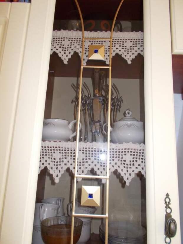Белый шкаф-витрина с посудой