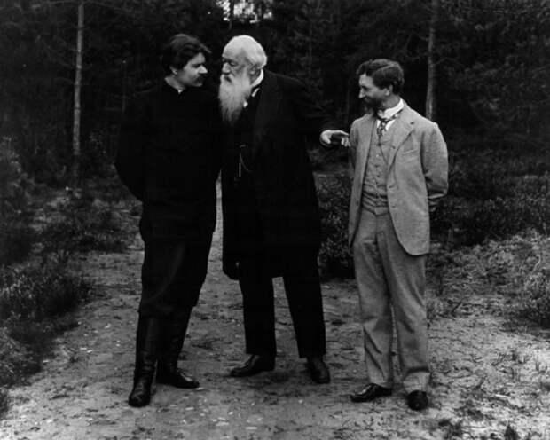Илья Репин познакомил Максима Горького с критиком Владимиром Стасовым.