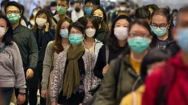 Пассажиры в медицинских масках в переходе метро Гонконга - РИА Новости, 1920, 18.04.2021