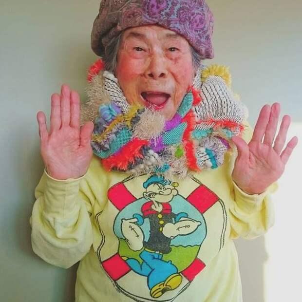 93-летняя бабушка с задором рекламирует одежду своей внучки