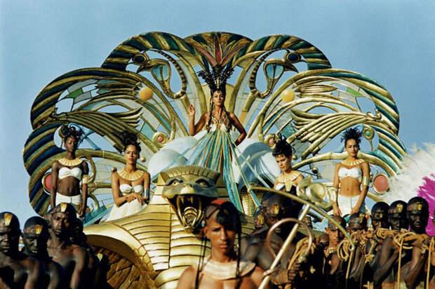 Моника Белуччи (Monica Bellucci) в фотосессии для фильма «Астерикс и Обеликс: Миссия «Клеопатра» (Asterix & Obelix Meet Cleopatra) (2002), фотография 16