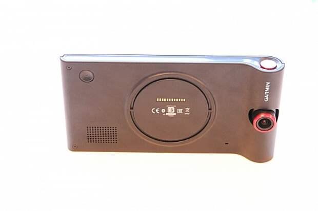 Верхний торец с кнопкой защиты файлов от перезаписи очень напомнил некоторые модели ноутбуков Sony