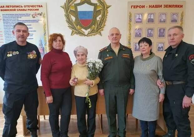 Награды найдут своих героев: в Таганроге дочери участника Великой Отечественной войны вручили медаль
