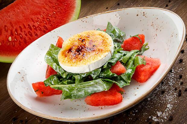 салат с сыром бри и арбузом