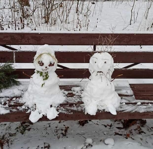 Фото дня: снеговики на прогулке