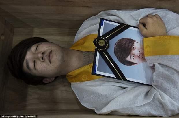 Центр для людей с суицидальными наклонностями предлагает своим клиентам полежать в гробу