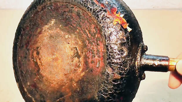 Как просто очистить сковородку от нагара без «химии»