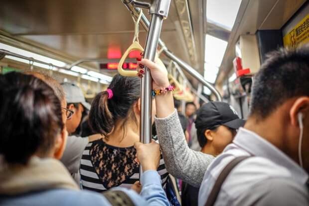 Блогера хотят посадить на 4 года за имитацию приступа коронавируса в вагоне метро