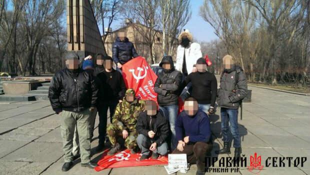 Криворожские «правосеки» вытерли ноги о знамя Победы (Украина, XXI век)