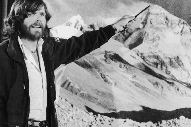 Итальянец Райнхольд Месснер считается одним из самых знаменитых альпинистов в мире. Летом 1980 года он первым в мире совершил одиночное бескислородное восхождение на Эверест. Позже он также стал первым человеком, сумевшим подняться на все «восьмитысячники» мира.