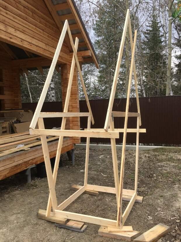Первая постройка на даче - это конечно же туалет.
