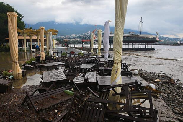 На фото: затопленная городская набережная. Река Водопадная вышла из берегов после продолжительных дождей в Ялте