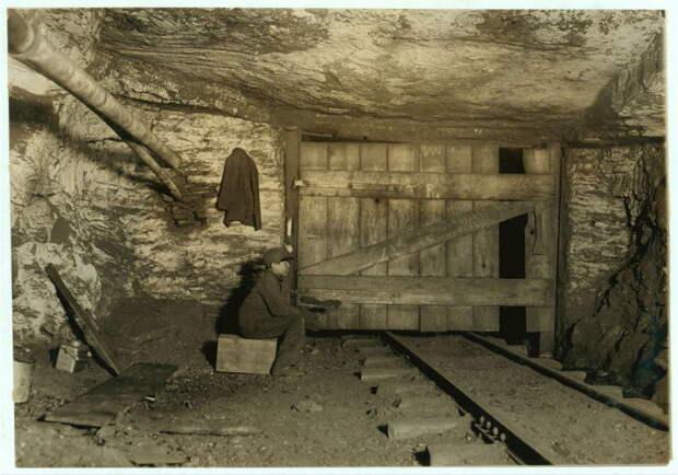 В начале 20 века на шахтах использовался ручной труд и примитивное оборудование.