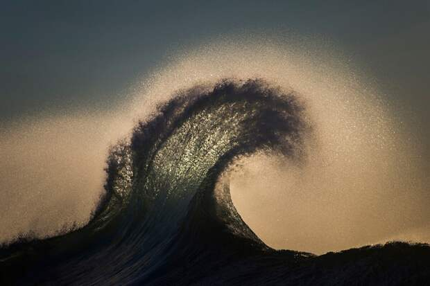 Австралийский фотограф десятки лет снимал волны. Вот его самые сильные фото!