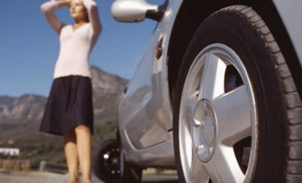 Мужчина помог поменять колесо пенсионерке. Только дома он понял, что она его отблагодарила
