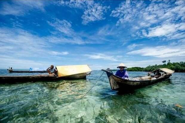 Они верят, что духи обитают повсюду – в течениях и приливах, в коралловых рифах и мангровых зарослях. А океан для них – это и жизнь, и смерть, и прошлое, и будущее.