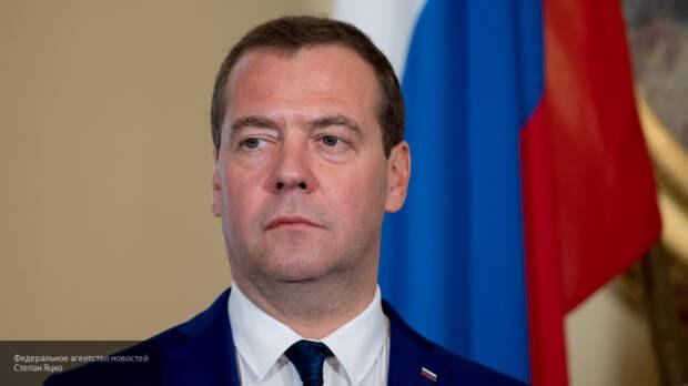 Медведев поздравил писателя Крапивина с юбилеем, подчеркнув его роль в воспитании молодежи