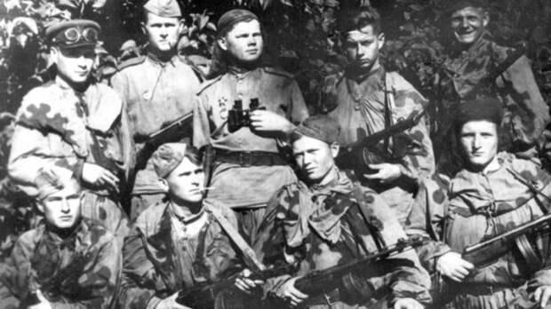 Ударная группировка армейских разведчиков группы под командованием гвардии капитана Григория Галузы. /Фото: i.pinimg.com