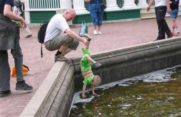 2. Давай, сынок, собирай эти монетки в фонтане! дети, отец, позитив, юмор