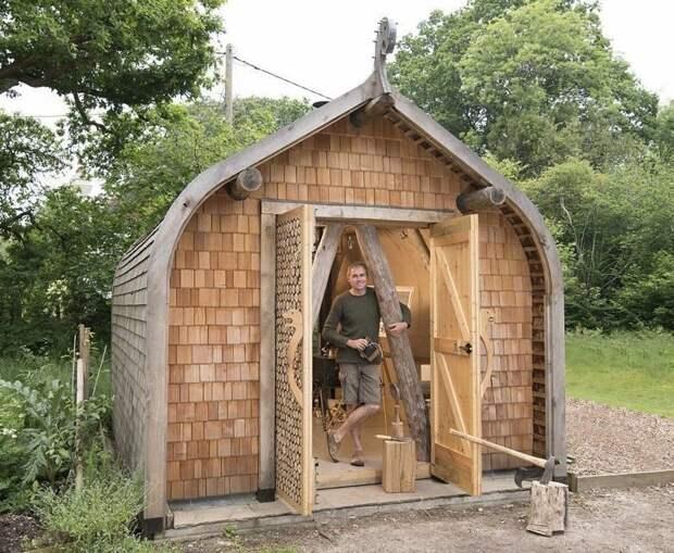 Мастерская и студия Криса Уолтера, похожая на укрытие викинга. Фасад и крыша выполнены из каштана, а внутренняя отделка - из березы Лучший сарай года, идея, конкурс, сарай, строитель, финалист, фото