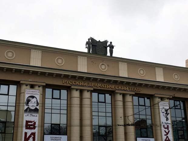 На здании Русского драмтеатра в Ижевске установили скульптуры солдата и рабочего