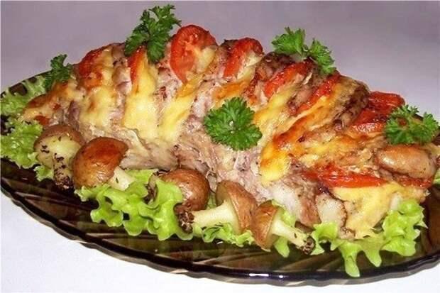 Свинина, запеченная «гармошкой», с картофельными «грибочками»