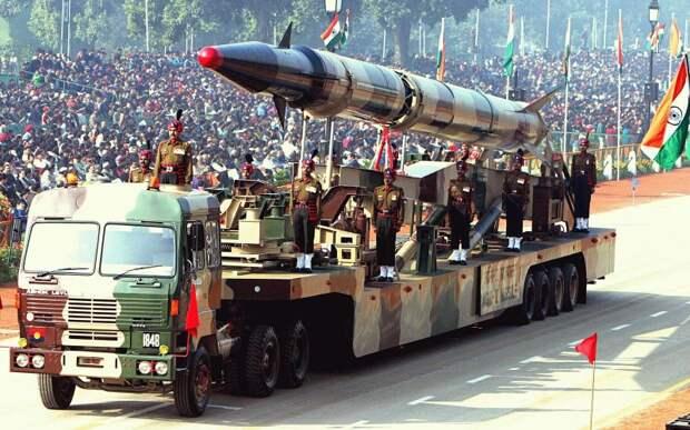 Индия Бюджет: $50 млрд Людские ресурсы: 615 млн Бронетехника: 6,464 Авиация: 1,905 Подводные лодки: 15 Индия является одной из крупнейших военных держав на планете. Количеством военнослужащих она уступает лишь США и Китаю, а танков и самолетов у Индии меньше только, чем США, Китая И России. Индия также имеет доступ к ядерному оружию.
