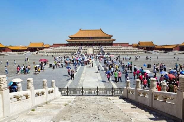 16 место. Запретный Город в Пекине — это бывшая резиденция императоров династий Мин и Цин, в которой находится около 800 дворцов. В течение пяти столетий резиденция была закрыта для внешнего мира. Каждый год сюда приезжает 15,3 миллиона человек.