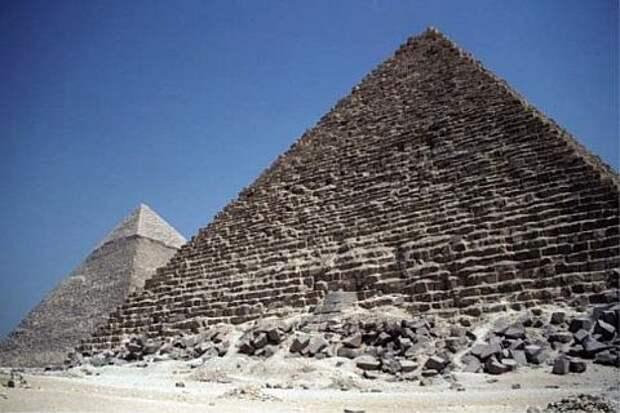 Пирамиды Менкаура (Микерина) и Хафра (Хефрена) в Гизе, сложенные из известковых блоков. В основании пирамиды Менкаура (на переднем плане) лежат глыбы гранита и гранодиорита, доставленные из района Асуана. Фотография из обсуждаемой статьи в Encyclopedia of Egyptology.