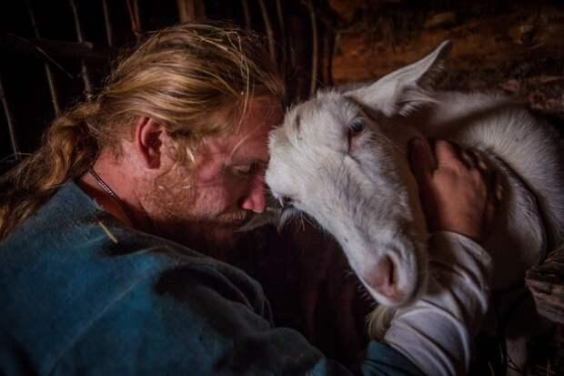 Павел и коза Глаша. По признанию самого Павла, всех коз звали «Глаша». || Фото: http://ratobor.com/