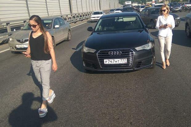 Красивые девушки просят денег на эвакуатор – в Москве орудуют мошенницы!