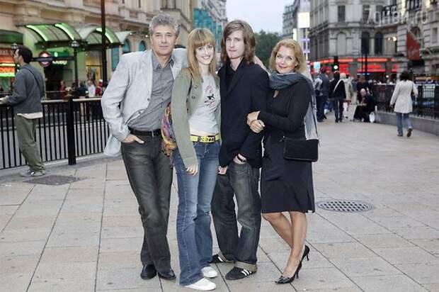 У актрисы Ирины Алферовой кроме дочери Ксении есть приемный сын и две дочери, которых она усыновила после смерти подруги дети, добро, родители, усыновление