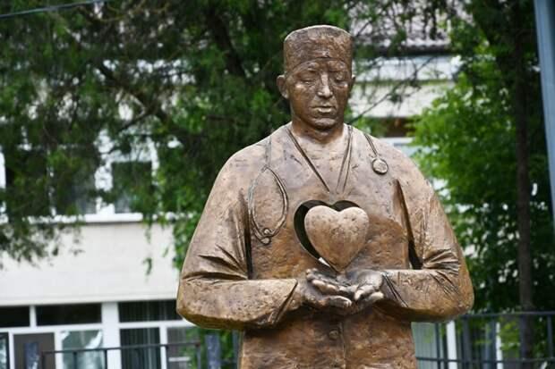 В Ростовской области медикам подарили памятник