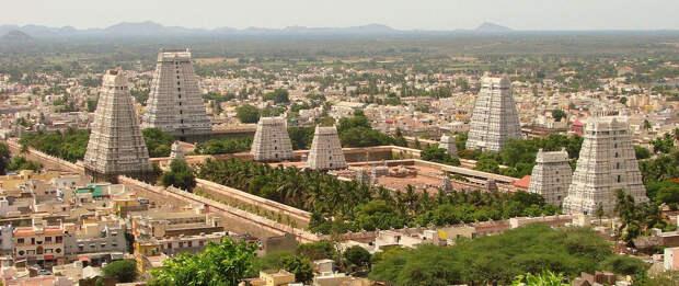 Храм Аруначалешвар в штате Тамилнад, Индия, имеет четыре гопурама, то есть Входные башни, в основных направлениях. Храмовый комплекс скрывает множество святынь. (© Adam Jones CC BY-SA 3.0)